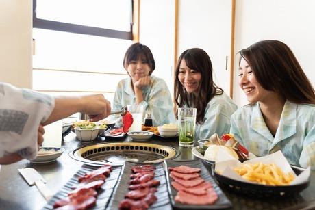 お風呂と食事を楽しみに来られるお客様のために、腕を振るって美味しい料理をご提供しましょう!